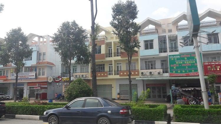 Hướng nhà phố, shophouse được xác định là hướng ra vào của cửa chính của ngôi nhà đó.