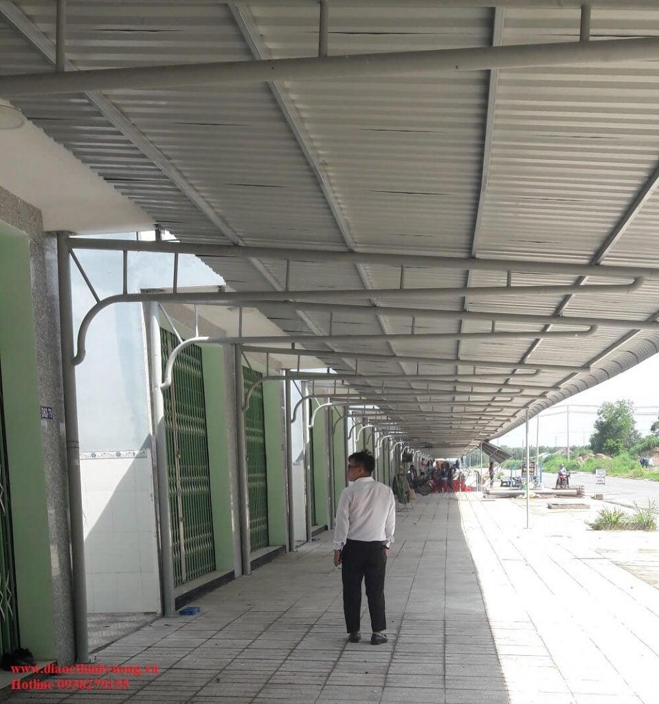 Sân trước shophouse rộng và được lắp sẵn máy hiên kiên cố trước khi bàn giao