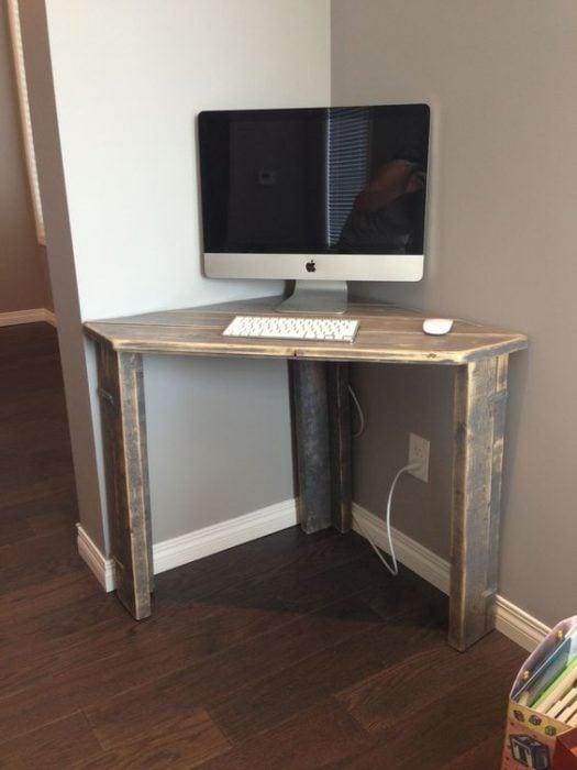 Thiết kế bàn để máy tính nhỏ mộc mạc góc tường