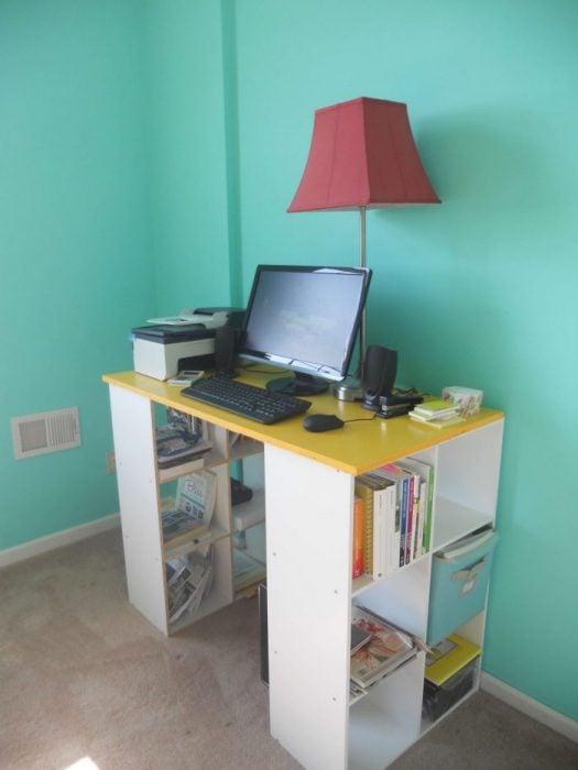Thiết kế bàn để máy tính đứng có giá sách