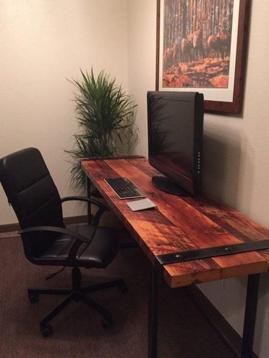 Thiết kế bàn để máy tính bằng gỗ kết hợp kim loại