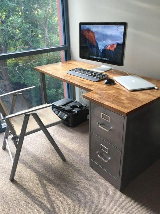 Thiết kế bàn để máy tính với ngăn kéo bằng kim loại