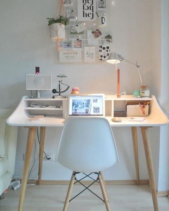 Thiết kế bàn để máy tính phông trắng tối giản