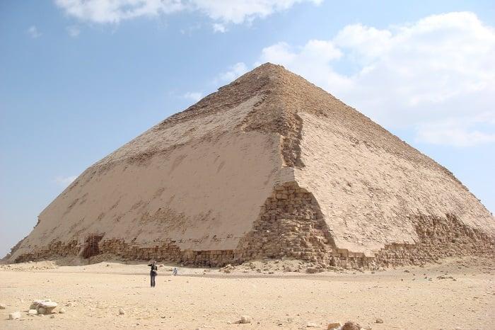 """""""Kim tự tháp uốn cong"""" của Snefru"""