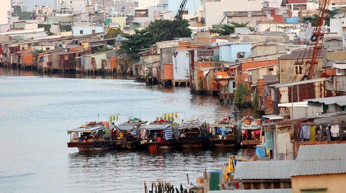 Vẫn còn nhiều hộ gia đình sống trong các khu nhà ổ chuột ven sông