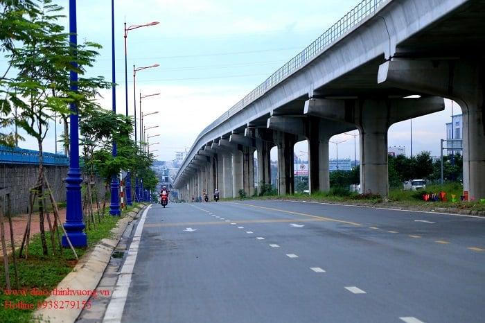 Đường song hành chạy bên dưới tuyến metro đã hoàn thiện nhiều đoạn.