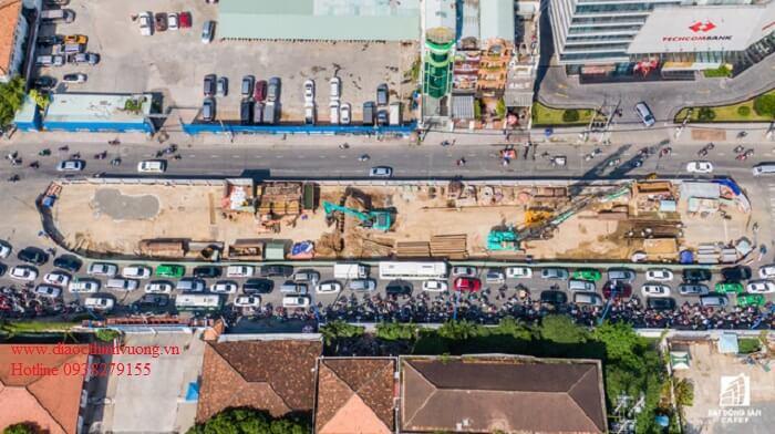 Kẹt xe tại công trình thi công cầu Thủ Thiêm 2 kéo dài thời gian qua.