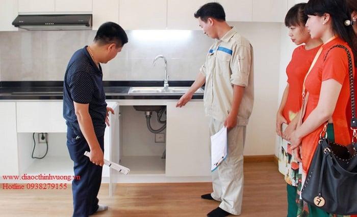 Kiểm tra tủ bếp trên và dưới khi nhận bàn giao căn hộ