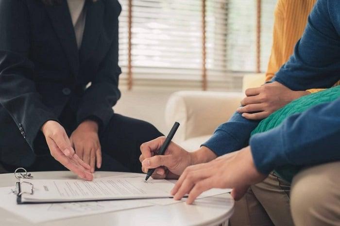 Cần đọc kỹ hợp đồng thuê nhà ở trước khi đặt bút ký