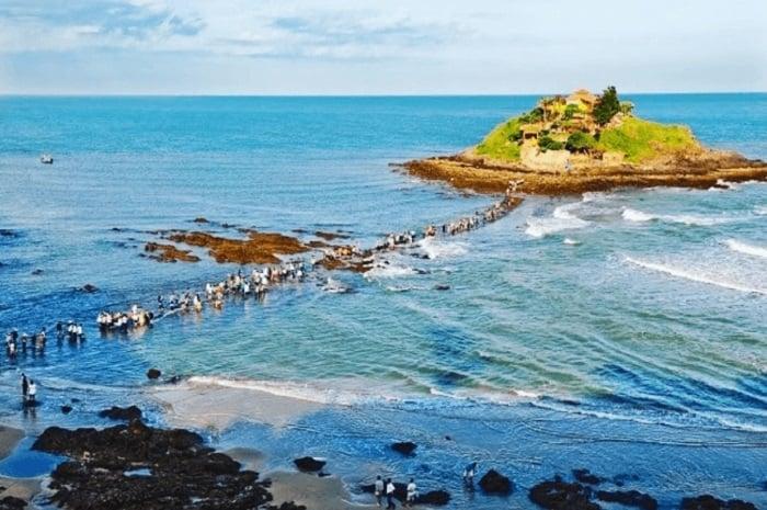 Đảo Hòn Bà nổi tiếng là điểm du lịch tâm linh tại đây