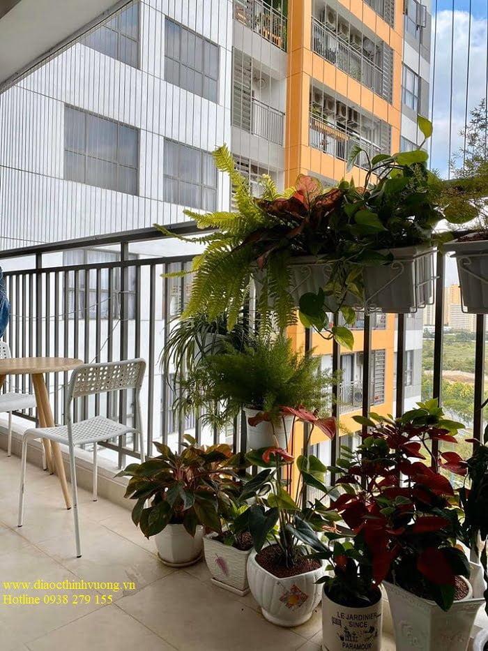 Ban công lơn giúp bạn có thể trồng các vườn hoa nhỏ ngay tại căn hộ của bạn