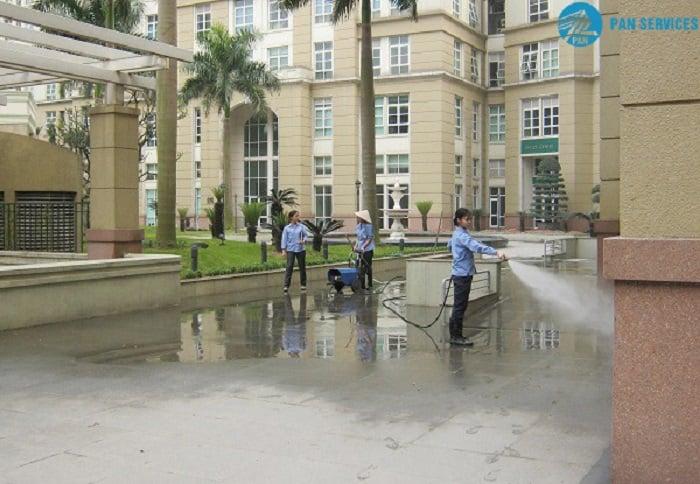 Công tác vệ sinh khuôn viên nội khu của một công ty quản lý tòa nhà