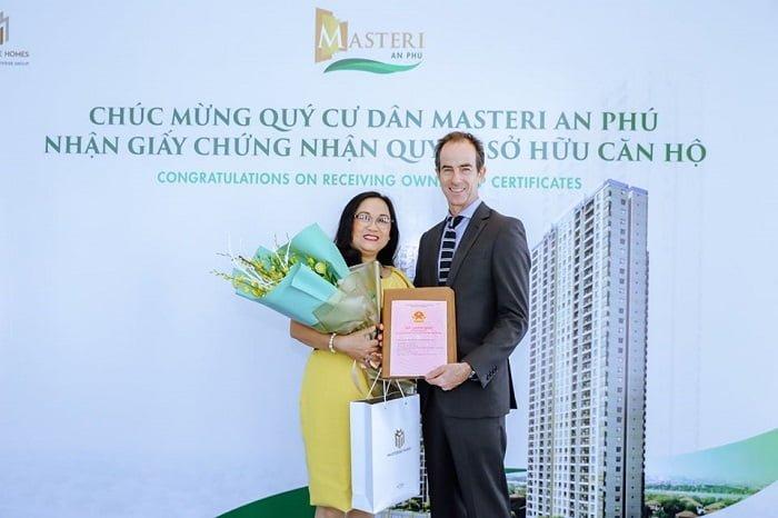 Bàn giao sổ hồng cho cư dân tại Masteri An Phú