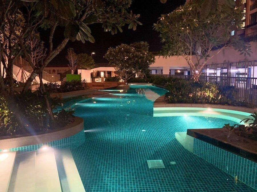 Khu vui chơi dưới nước vào ban đêm