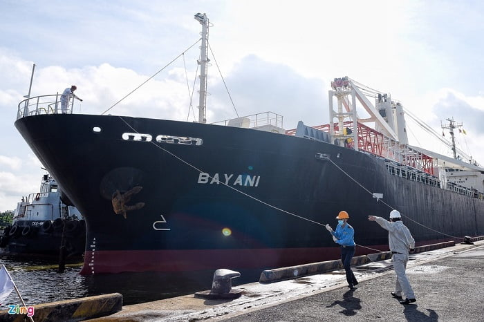 Tàu Bayani chở tàu metro số 1 cập cảng Khánh Hội, Quận 4, TP Hồ Chí Minh