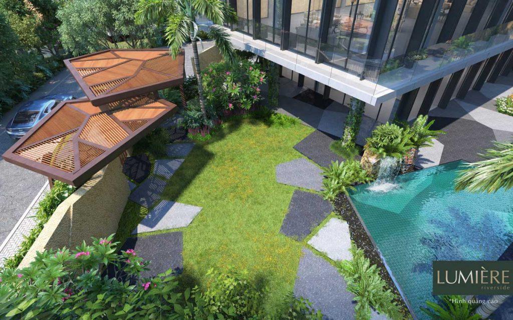 Thảm cỏ xanh trung tâm