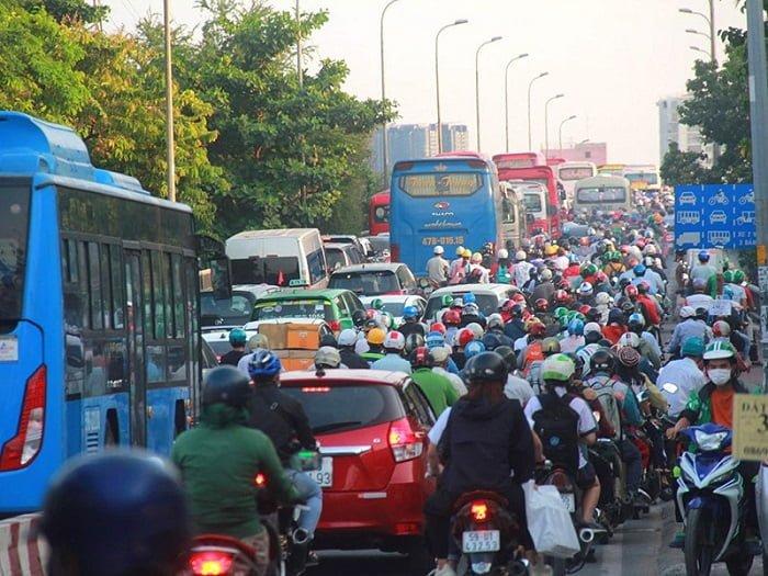 Quốc lộ 13 đang quá tải vì lượng xe lưu thông trên trục Bình Phước - Bình Dương - TP HCM quá nhiều