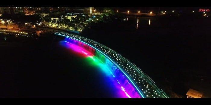 Cầu Ánh Sao ở Phú Mỹ Hưng là một trong những điểm thu hút người dân đến thư giãn đặc biệt là giới trẻ