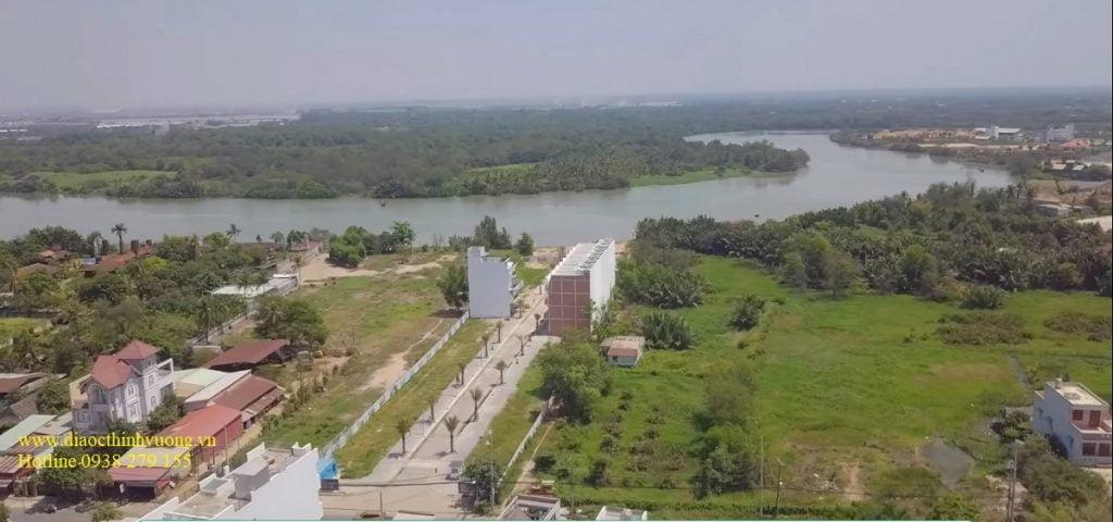 Khu nhà phố 52 Nguyễn Xiển nằm cạnh sông Tắc