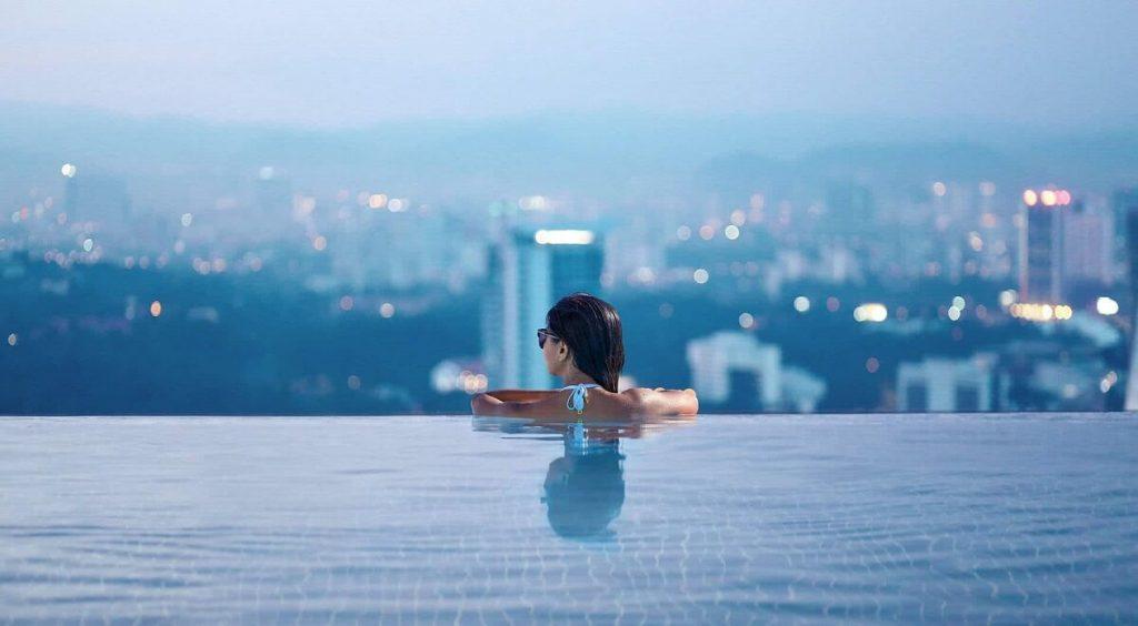 Hồ bơi tràn trên cao Grand Marina Saigon