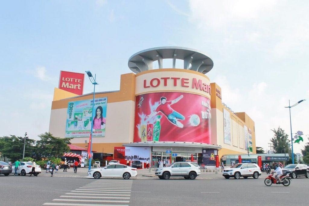 Hồ Gươm Xanh cách TTTM Lotte Mart chỉ hơn 1km