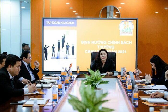 Doanh Nhân Đặng Thị Kim Oanh trong cuộc họp tại tập đoàn Kim Oanh